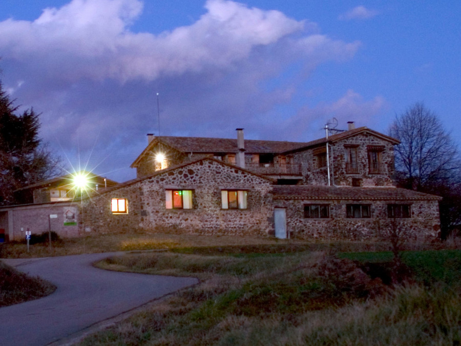 Casa de colònies La Canova, Olot. Situada al bell mig del Parc natural de la Zona Volcànica de la Garrotxa, davant mateix del volcà Croscat